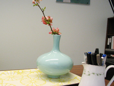 Office_vase_and_creamer